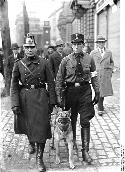 Bundesarchiv_Bild_102-14381,_Berlin,_Polizeipatrouille_am_Wahltag